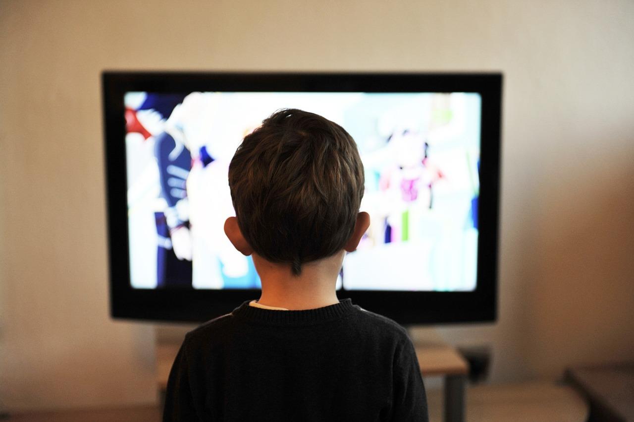 bambino davanti alla TV
