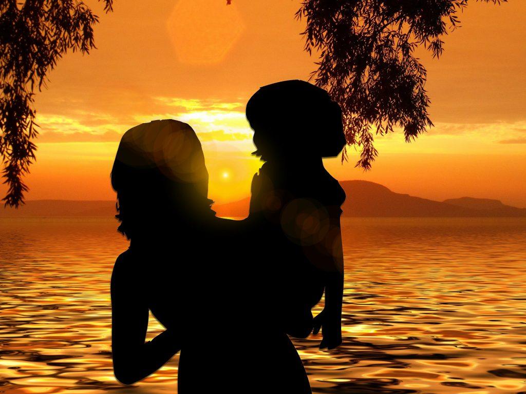 mamma e figlia in controluce al tramonto. adozione