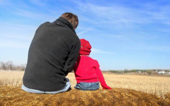papà con figlio che guarda l'orizzonte