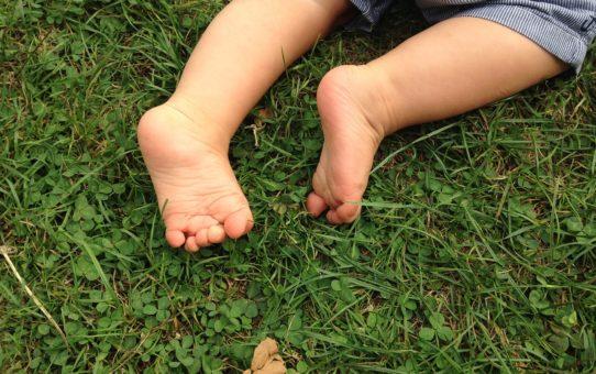 piedini di bimbo che gattona