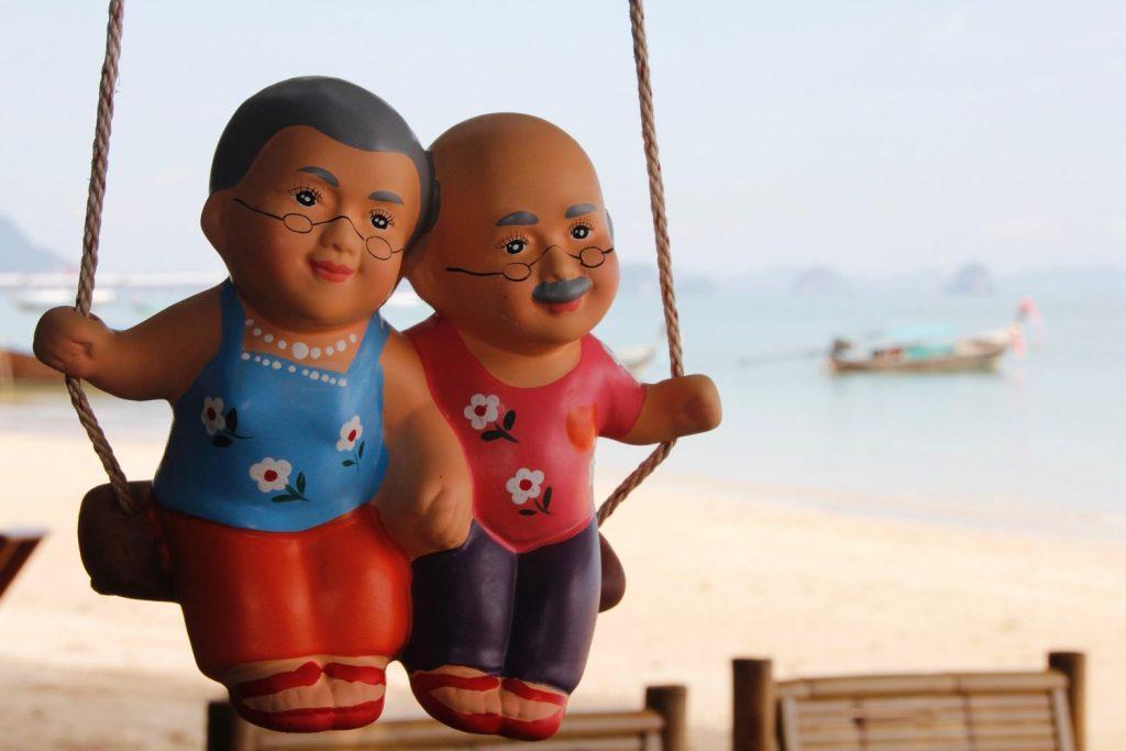 coppia di nonni statuette in vacanza